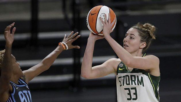 Katie Lou Samuelsonová na ilustračním snímku v dresu Seattle Storm ve WNBA.