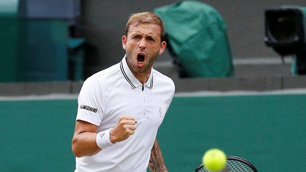 Brit Dan Evans ve Wimbledonu v souboji se Sebastianem Kordou z USA.