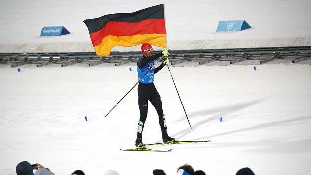 Sdruženář Johannes Rydzek veze německou štafetu ke zlatým medailím.