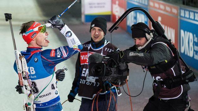 Ondřej Moravec se svým typickým gestem - vypláznutým jazykem - oslavuje osmou příčku ve sprintu v Novém Městě na Moravě.