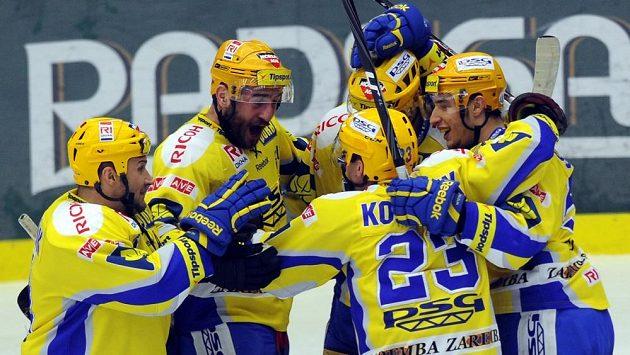 Hokejisté Zlína se radují z gólu Milana Kostorka ve třetím finálovém zápase v Plzni.