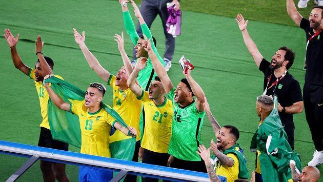 Radost Kanárků. Brazilští fotbalisté obhájili zlaté olympijské medaile. Ve finále turnaje na hrách v Tokiu porazili Španělsko 2:1 po prodloužení gólem střídajícího Malcoma ze 109. minuty.