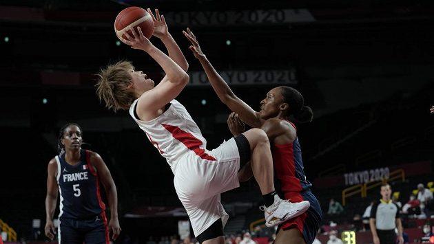 Japonka Maki Takadaová (vlevo) střílí přes Francouzku Sandrine Grudaovou během zápasu základní skupiny olympijského turnaje v basketbalu.