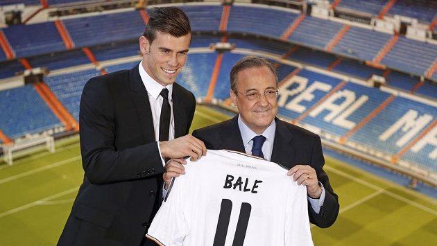 Prezident Realu Madrid Florentino Pérez představuje Garetha Balea.