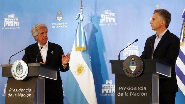 Prezident Argentiny Mauricio Macri (vpravo) a jeho uruguayský protějšek Tabaré Vázquez na tiskové konferenci.