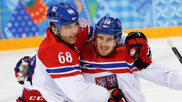 Čeští útočníci Jaromír Jágr (vlevo) a Roman Červenka se radují z gólu proti Slovensku.