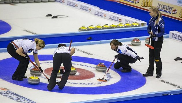 Zleva Vicki Adamsová, Sarah Reidová a Eve Muirheadová ze Skotska. Vpravo je Oona Kausteová z Finska během semifinále mistrovství Evropy v dánském Esbjergu.