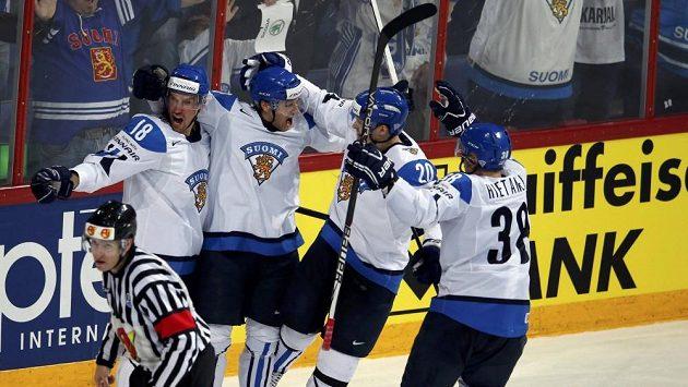 Útočník Juhamatti Aaltonen (druhý zleva) vstřelil čtvrtý a zároveň rozhodující gól Finska ve čtvrtfinálovém duelu proti Slovensku.