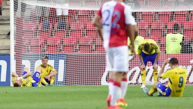 Zklamaní hráči Zlína po vyrovnávacím gólu Slavie.