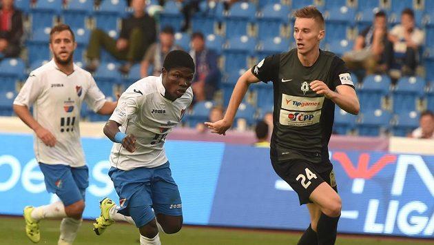 Slovenský záložník Ján Greguš (vpravo) z Jablonce je v zápase 7. kola Synot ligy stíhán Francisem Narhem z Baníku Ostrava.