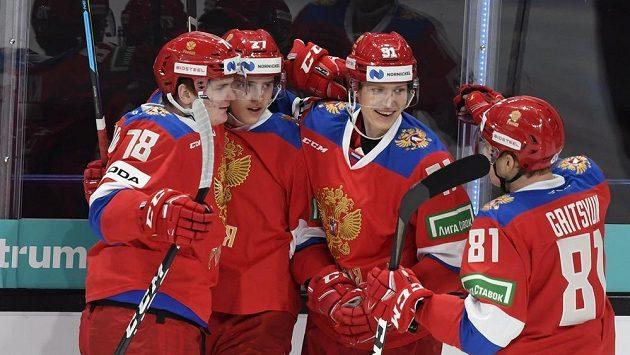 Ruští hokejisté slaví gól proti finsku na turnaji Karjala.