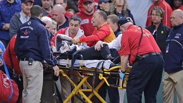 Záchranáři ošetřují ženu, která utrpěla zranění hlavy následkem nárazu odlomeného kusu baseballové pálky. K incidentu došlo v utkání MLB Bostonu s Oaklandem.