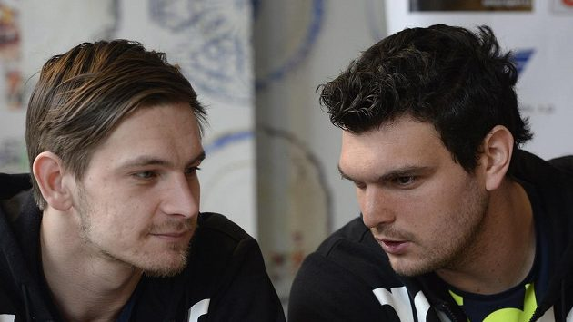 Hráči Dukly Tomáš Petržala (vpravo) a Milan Kotrč na tiskové konferenci před semifinále Vyzývacího poháru.