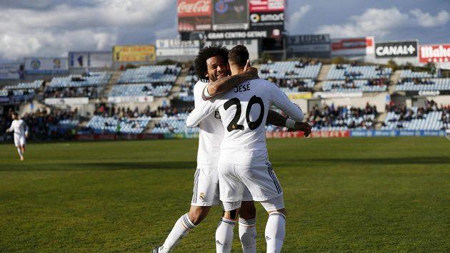 Talentovaný útočník Jesé z Realu Madrid slaví trefu do sítě Getafe se spoluhráčem Marcelem.
