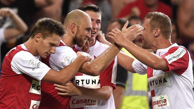 Kapitán pražské Slavie Martin Latka (druhý zleva) oslavuje se spoluhráči gól.