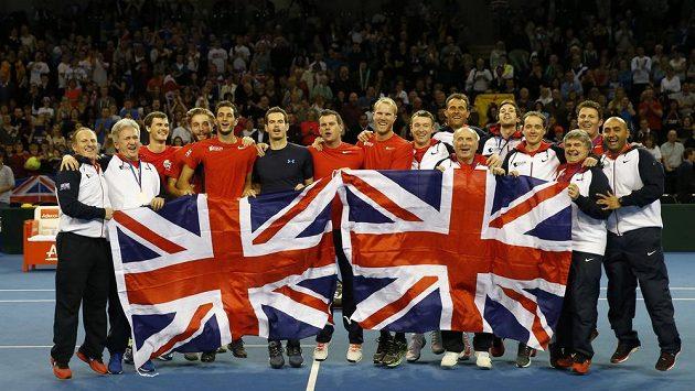 Tenisté Velké Británie se radují z postupu do druhého kola Davis Cupu.