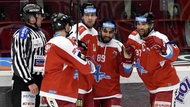 Olomoučtí hráči se radují - zleva Michal Vodný, střelec gólu Pavel Skrbek, Roman Rác a Martin Vyrůbalík.