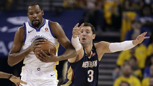 Basketbalista Golden State Warriors Kevin Durant (vlevo) se podílel na výhře nad New Orleans Pelicans 24 body.