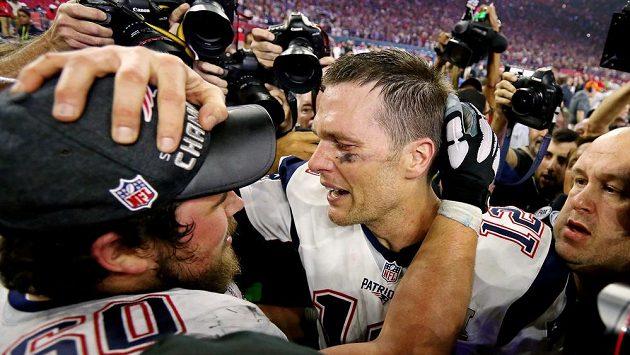 Quarterback New England Patriots Tom Brady slaví s Davidem Andrewsem triumf v Super Bowlu.