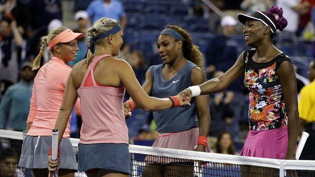Sestry Williamsovy gratulují českým tenistkám Hlaváčkové s Hradeckou (vpravo) k postupu do finále čtyřhry.