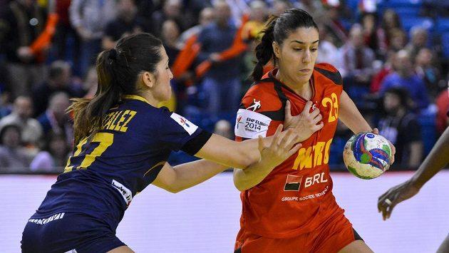 Lara Gonzalezová ze Španělska (vlevo) brání Danielu Elenu Babeanovou z Rumunska.
