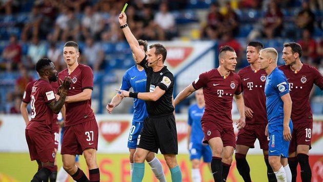 Žádný z sudích Fortuna ligy nemá pozitivní test na koronavir. Uprostřed na fotografii rozhodčí Pavel Královec.