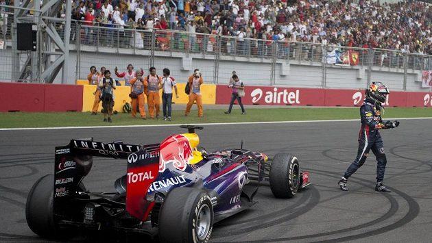 Sebastian Vettel vygumoval fanouškům do asfaltu vítězná kola.