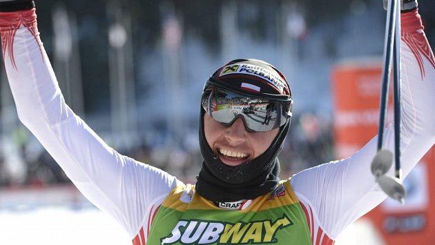 Polská běžkyně Justyna Kowalczyková se raduje v cíli desítky.