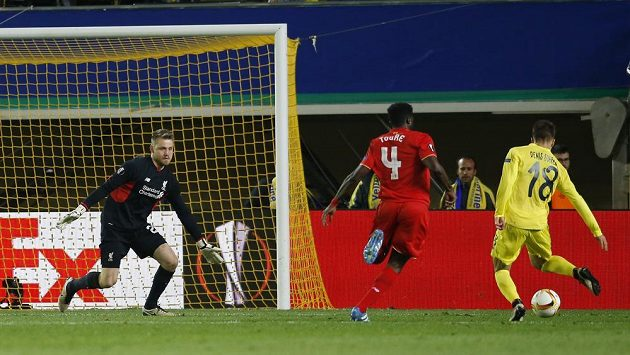 Záložník Villarrealu Denis Suárez (vpravo) nahrává na vítězný gól zápasu. Vlevo jsou brankář Liverpoolu Simon Mignolet a obránce Kolo Touré.