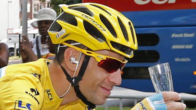 Italský cyklista Vincenzo Nibali si v závěrečné etapě Tour de France připíjí na svůj triumf.