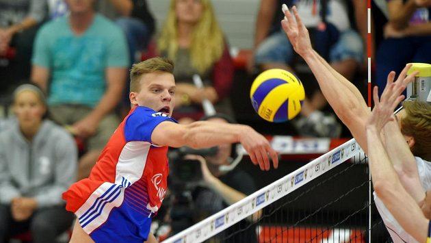 Český volejbalista Donovan Džavaronok zakončuje útok .