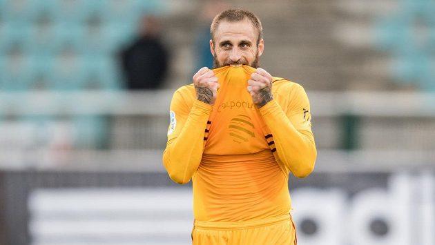 Útočník Dukly Praha Jan Holenda má za sebou ooperaci achillovky.