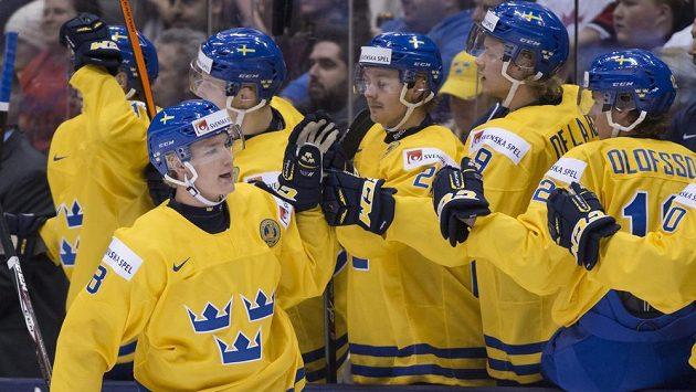 Švédský obránce Gustav Forsling (vpředu) slaví se spoluhráči gól proti Rusku.