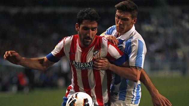Raúl García z Atlétika Madrid (vlevo) v souboji s Gabrielem Antunesem z Málagy.
