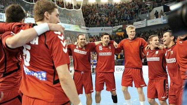 Čeští házenkáři se radují z vítězství nad Německem.