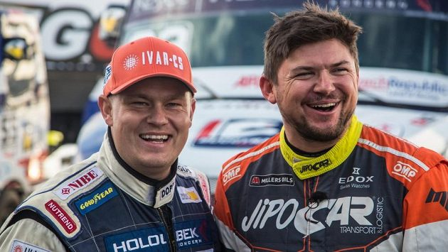 Nečekaní kolegové. Zleva Adam Lacko a Martin Prokop na mosteckém autodromu.