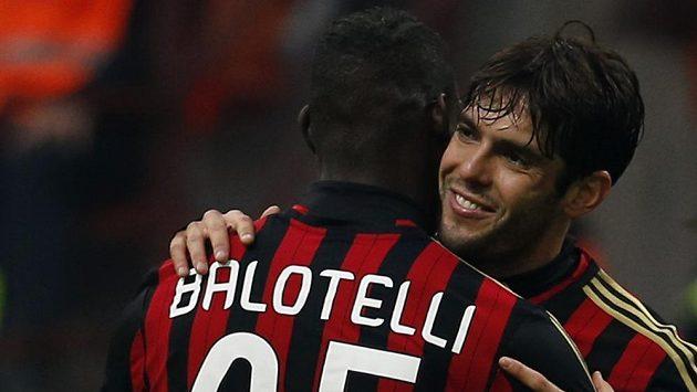 Fotbalista AC Milán Kaká (vpravo) slaví se spoluhráčem Mariem Balotellim gól proti Atalantě Bergamo.