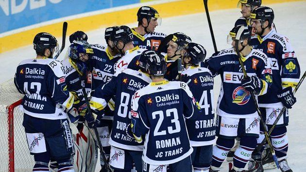 Hokejisté Vítkovic se radují z vítězství (ilustrační foto).