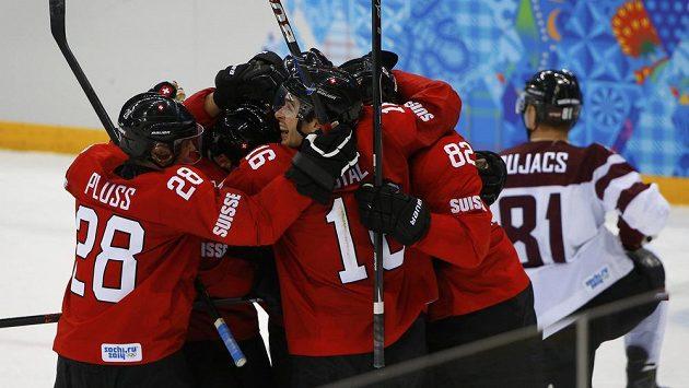 Švýcarská radost po gólu Simona Mosera, který těsně před koncem zařídil výhru nad Lotyšskem.