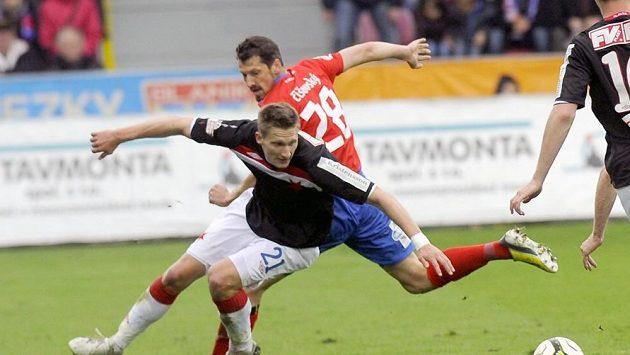 Slávista Milan Škoda v souboji s plzeňským Mariánem Čišovským.