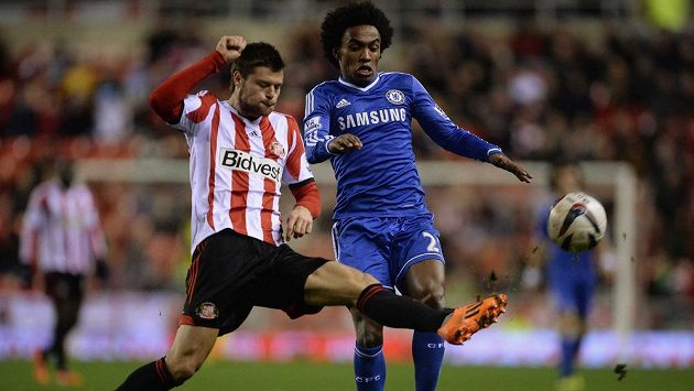Obránce Sunderlandu Ondřej Čelůstka (vlevo) v souboji s Willianem z Chelsea ve čtvrtfinále Ligového poháru.