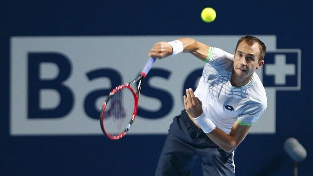 Lukáš Rosol servíruje v zápase s Rafaelem Nadalem.