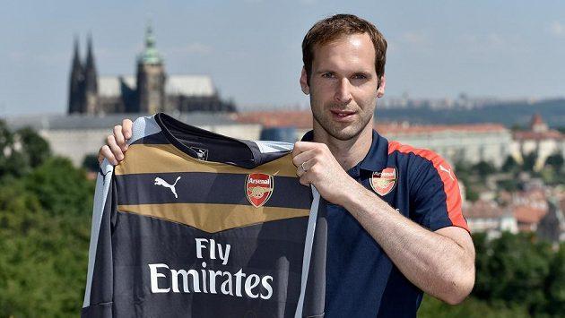 Brankář Petr Čech s dresem Arsenalu, kam přestoupil z Chelsea.