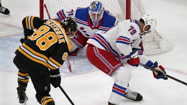 David Pastrňák (88) z Bostonu střílí v utkání proti New York Rangers na branku Igora Šesťorkina, zabránit se mu v tom snaží obránce Rangers Miller (79).