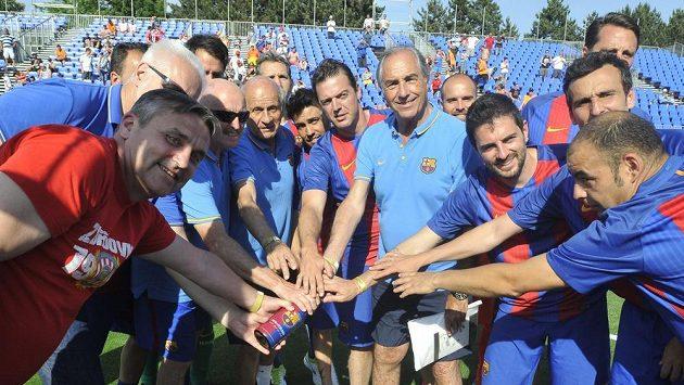 Hráči FC Barcelona pokřtili šampaňským brněnský trávník při turnaji starých gard. Na akci prohráli s Baníkem Ostrava.