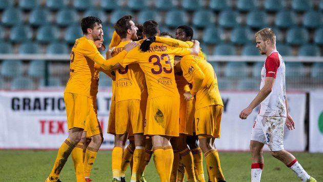 Fotbalisté Dukly Praha se radují z gólu v zápase proti Slavii.
