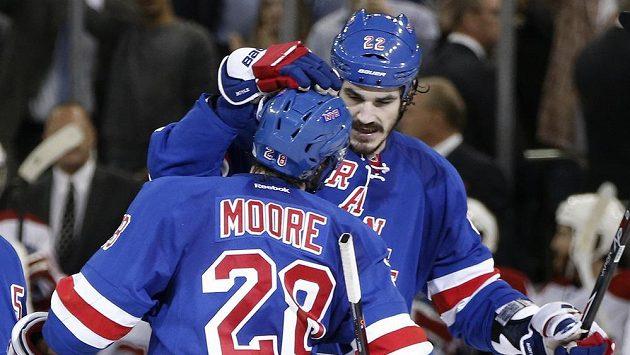 Brian Boyle (22) gratuluje Dominiku Mooreovi (28), střelci jediné branky Rangers v šestém finále s Montrealem.