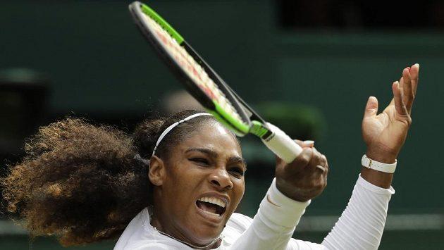 Američanka Serena Williamsová během čtvrtfinálového zápasu ve Wimbledonu.