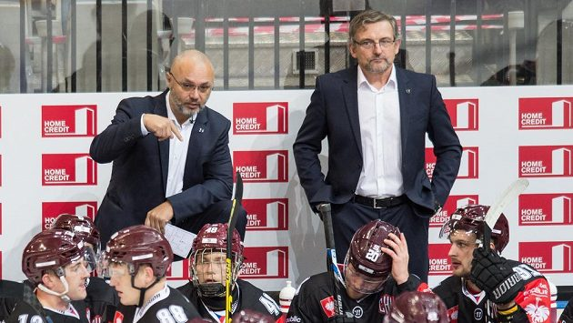 Trenér Sparty Jiří Kalous (vlevo) a asistent Zdeněk Moták na střídačce pražského klubu.
