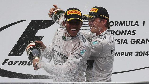 V minulé sezóně byli fanoušci otrávení z Vettelovy suverenity. Představují radující se Hamilton (vlevo) s Rosbergem rutinu začínajícího ročníku formule 1...?